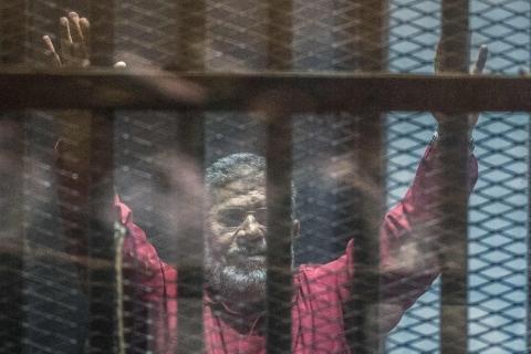 Ex-presidente egípcio morre durante audiência