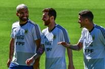 Treino da Argentina em Belo Horizonte é marcado por conversa de Messi e Scaloni com elenco