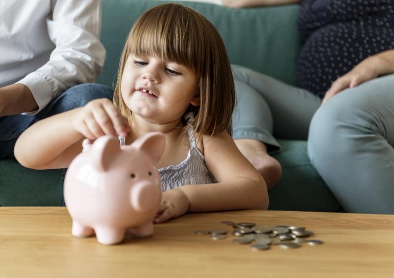 Construir o hábito da poupança desde jovem ajuda na formação de adultos conscientes com suas finanças