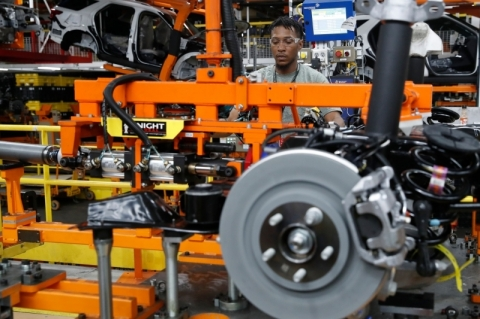 Produção industrial cai pelo 3º mês seguido e se mantém no patamar de 2009