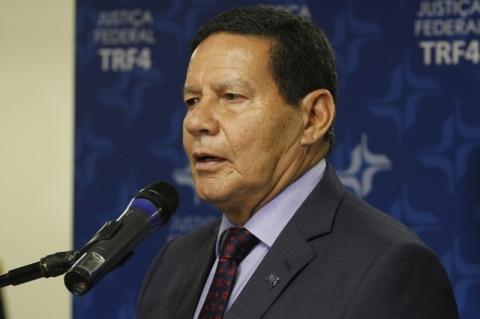 Brasil fica comprometido por redução global da atividade, diz Mourão