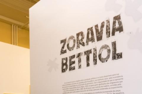 Artista Zoravia Bettiol realiza visita guiada em Bagé