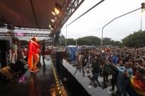 Mesmo com chuva, Parada LGBTI tem grande público
