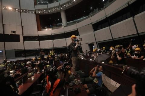 Manifestantes invadem o Parlamento de Hong Kong