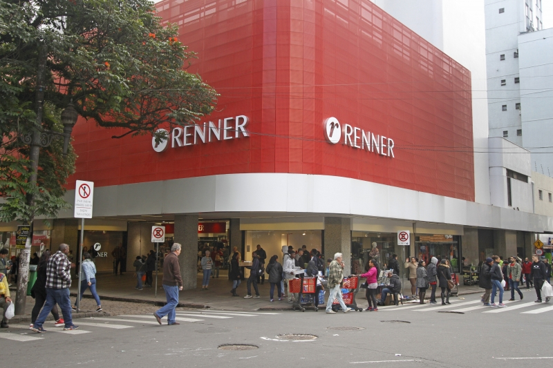 CADERNO COMÉRCIO Fotos de lojas no Centro de Porto Alegre. Renner