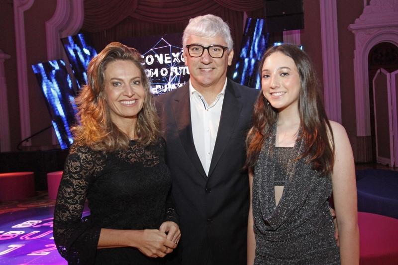 Bethania Flach e Rafael Mottin com a filha Sofia Flach Mottin, que debutará em outubro,  na Leopoldina Juvenil