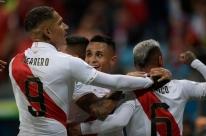 Com direito a 'olé', Peru vence o Chile  e vai pegar o Brasil