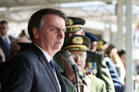 Bolsonaro tranquiliza militares sobre Previdência e fala em sacrifícios