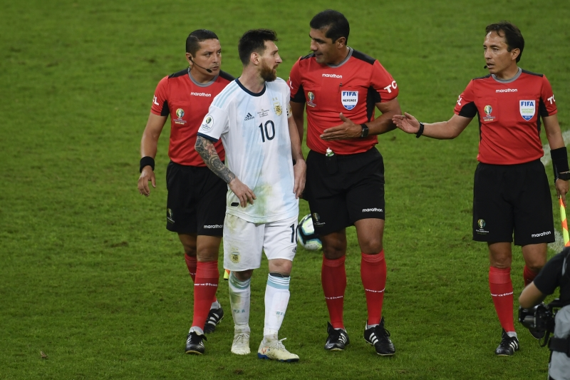 Ecuadorean referee Roddy Zambrano (C) talks to Argentina's Lionel Messi (2-L) during the Copa America football tournament semi-final match against Brazil at the Mineirao Stadium in Belo Horizonte, Brazil, on July 2, 2019. (Photo by Mauro PIMENTEL / AFP)