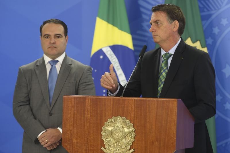 Secretário-geral da Presidência, Oliveira (e) é amigo de Jair Bolsonaro