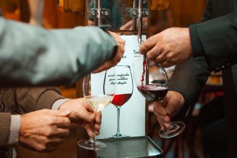 Serra tem primeiro bar do Brasil com vinho encanado