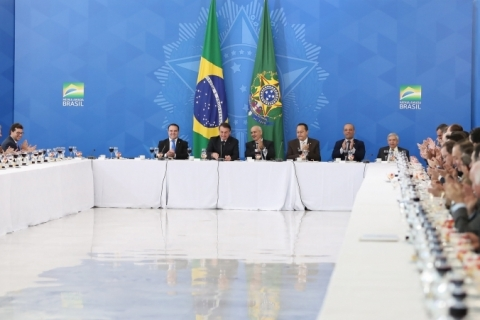 Bolsonaro pede a deputados evangélicos propostas para atrair popularidade