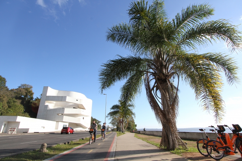 Prédio icônico de Porto Alegre abriga boa parte da obra do artista junto à famosa Prainha do Iberê, na orla do Guaíba