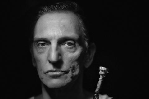 Paulo Miklos vive Chet Baker no palco do Theatro São Pedro
