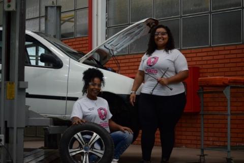 Rejeitada para vaga de mecânica, jovem cria curso na área e forma mais de 2 mil mulheres