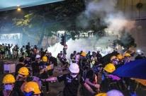 Polícia lança gás lacrimogêneo durante protesto em Hong Kong