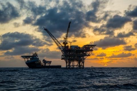 Petróleo fecha em alta com vacina e dólar fraco; Brent ultrapassa US$ 50 o barril