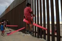 Professores colocam gangorras na fronteira dos EUA com o México