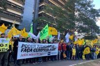 Servidores estaduais protestam contra atrasos de salários