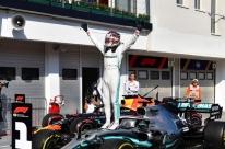 Na Hungria, Hamilton ultrapassa Verstappen no fim e volta a vencer na Fórmula 1