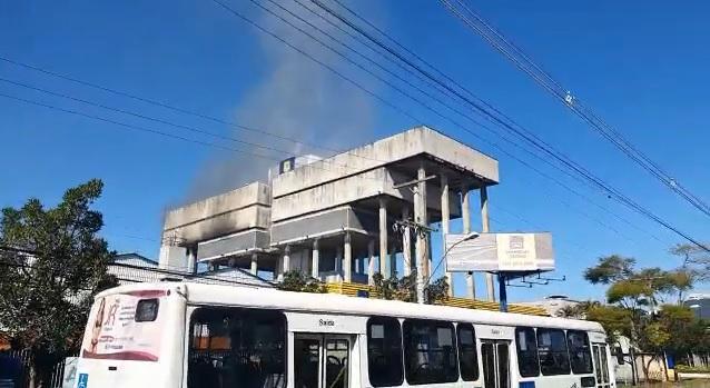 Fumaça chamou a atenção de moradores na região
