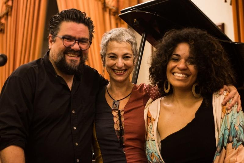 Pablo Trindade, Deborah Finocchiaro e Anaadi apresentam 'Bênção Poetinha' na Biblioteca Pública