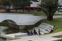 Largo dos Açorianos é ocupado pela população