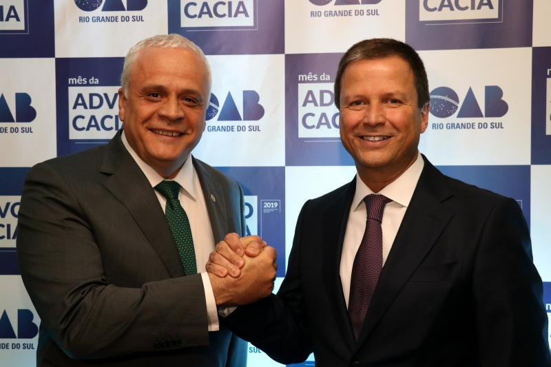 Ricardo Breier, presidente da OAB-RS, com o homenageado  na Sessão Magna, Claudio Lamachia