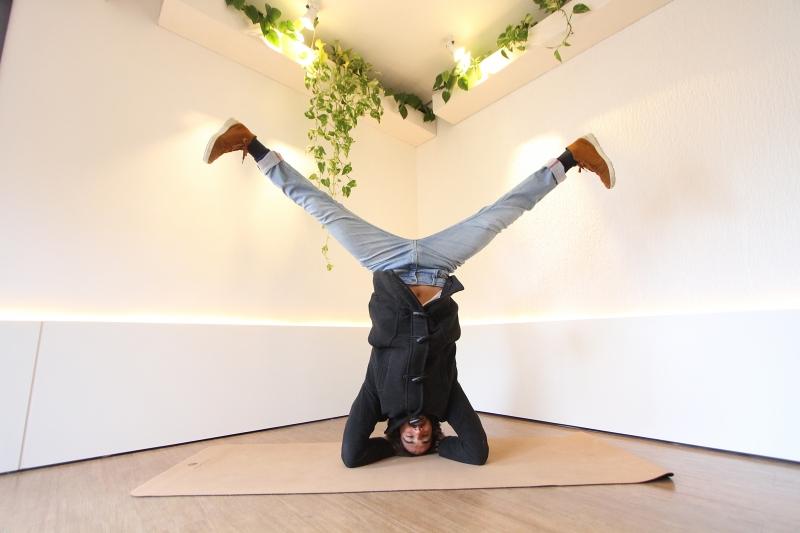Carlo Guaragna ficou popular na internet a partir de 2015, quando começou a postar suas aulas de yoga nas redes sociais. O porto-alegrense viaja o mundo disseminando a prática