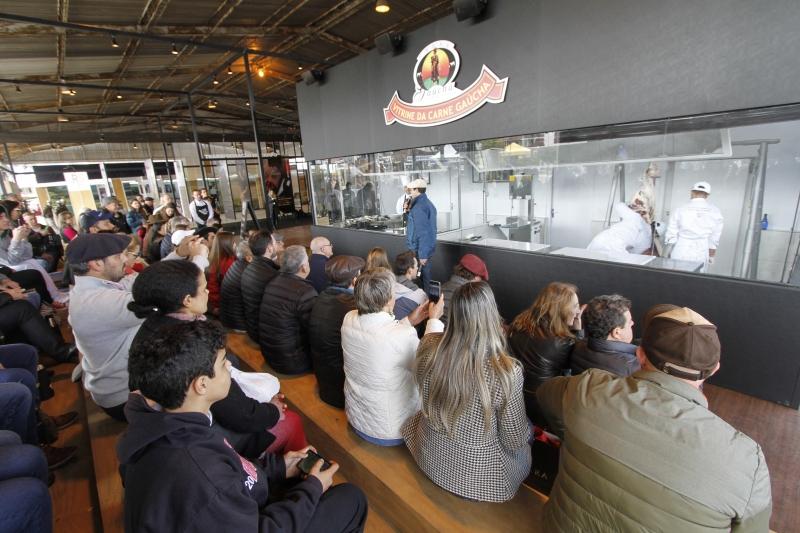 No primeiro dia da feira, quase 400 pessoas assistiram às lições de Marcelo Bolinha