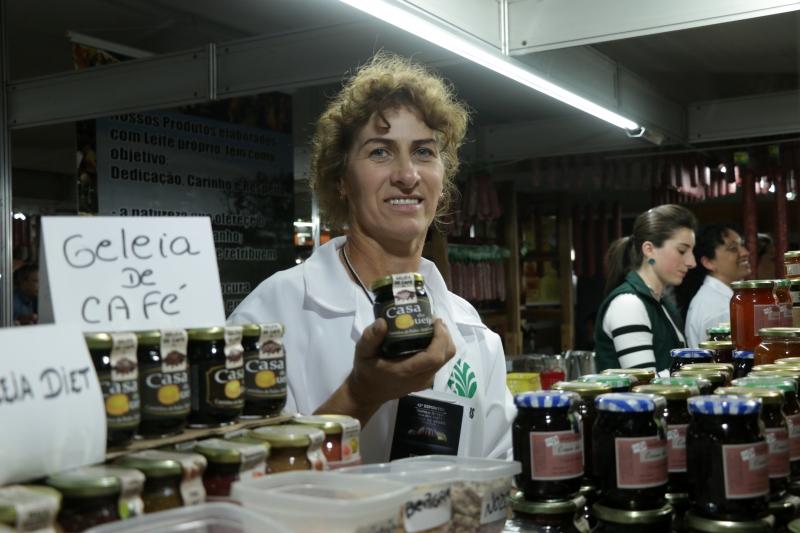 Marejane Dall'ondel de Toni, da agroindústria Casa da Serra, de Bento Gonçalves, está produzindo geleia de café.