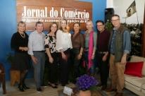 Colunista social reúne convidados para happy hour na Casa JC