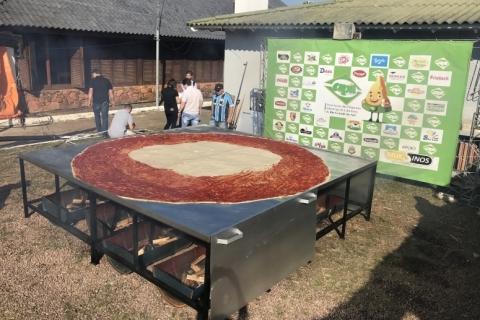 Pizza gigante é assada na Expointer e rivaliza com churrasco