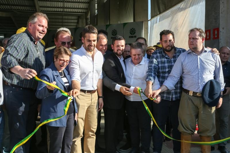 Ao lado do governador Eduardo Leite, Tereza Cristina inaugurou espaço da agricultura familiar