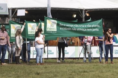 Farsul Jovem faz manifestação em defesa do agronegócio