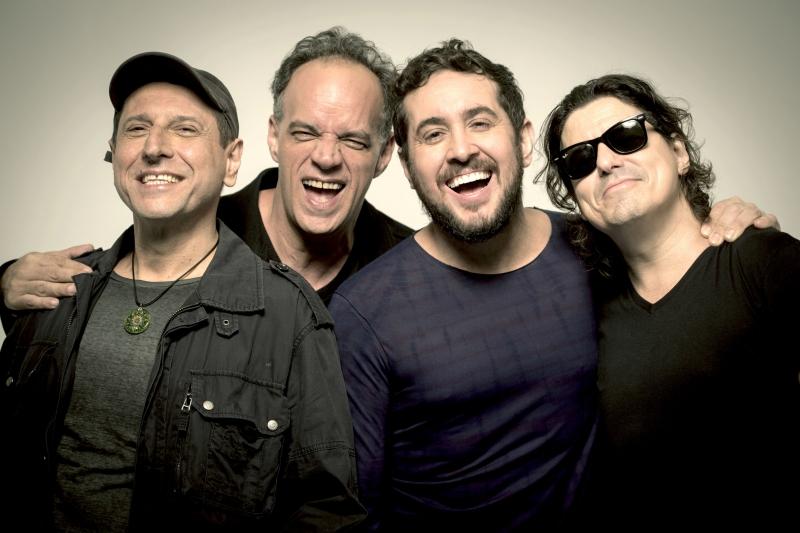 Com Rodrigo Suricato (centro) nos vocais, banda apresenta disco 'Viva', com músicas inéditas