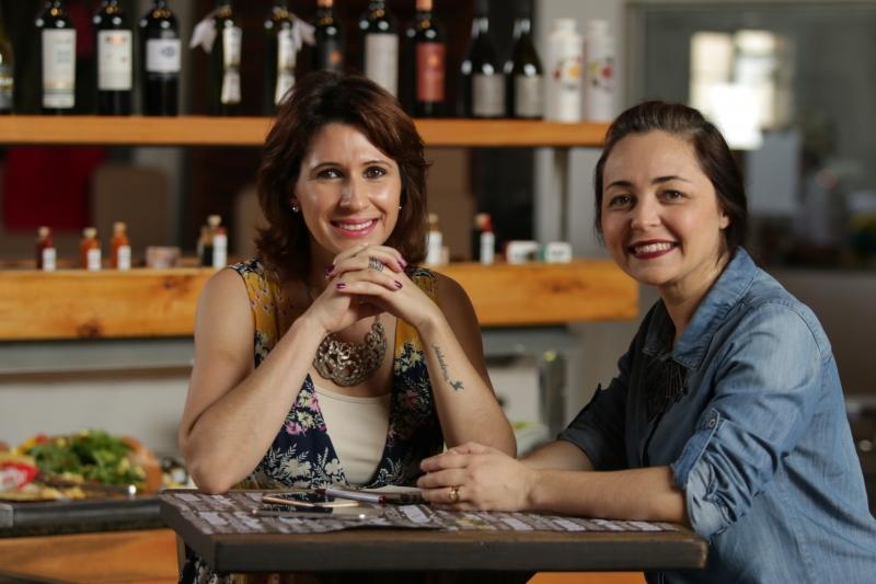 Beatriz Moraes e Karine Morais, da Storia Eventos, atuaram no Pub do Queijo, do Sindilat