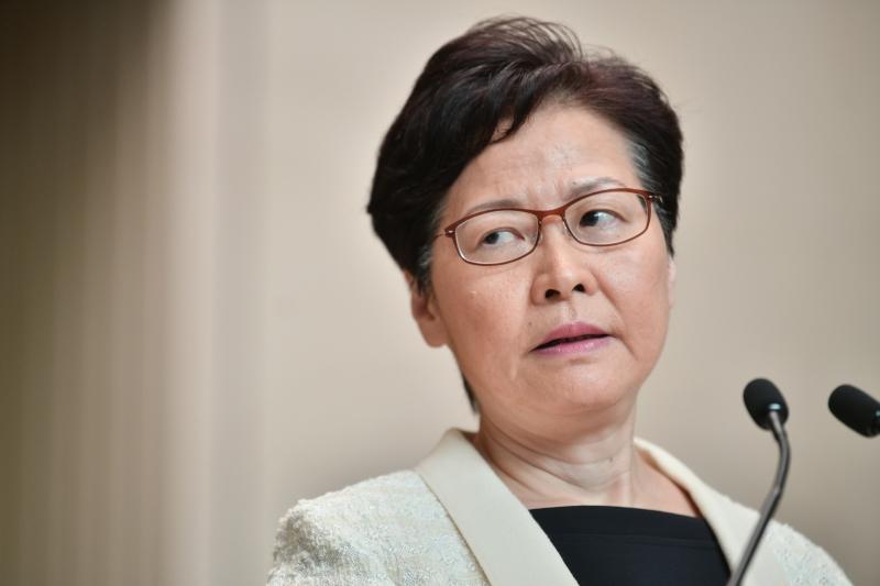 'Se não controlarmos de forma estrita, haverá riscos maiores', disse a chefe-executiva, Carrie Lam