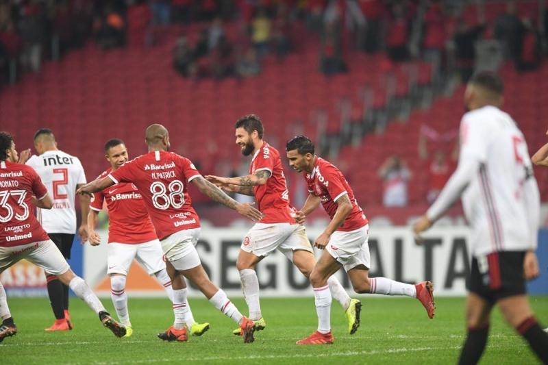 O único gol da partida veio em uma cobrança de pênalti de Rafael Sobis (c)