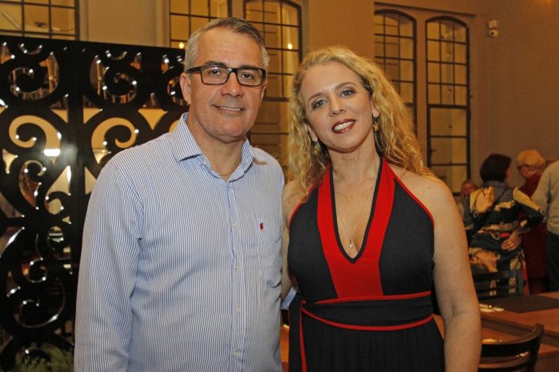 Inauguração foto 1 Cleiver Ferraz e Malu Blanke receberam os convidados no restaurante