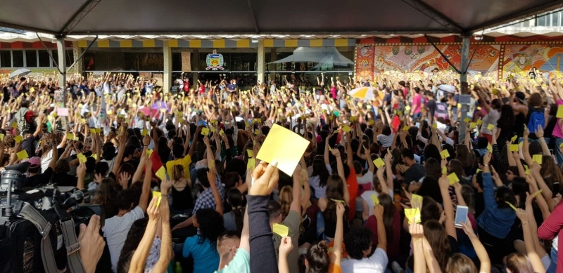 Os estudantes que participaram da assembléia se cadastraram e receberam um cartão amarelo para a votação