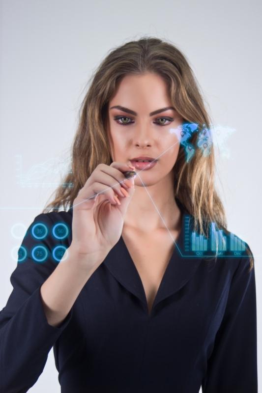 2 Contabilidade - futuro contábil - capa - divulgação photoroyalty via .freepik.com Interface business office of the future, business woman pushing on virtual buttons.