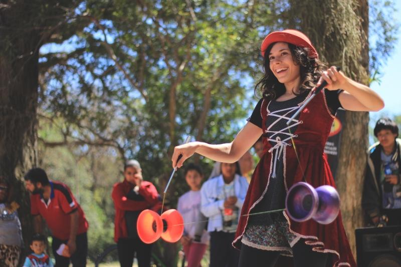 'Singular' é conduzido pela artista Carollini Marafigo, que atua há cinco anos como malabarista