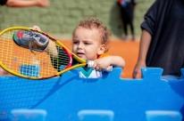 Crianças de 18 meses têm primeiras lições para jogar tênis