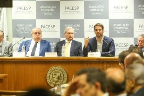 Democracia passa por um período 'dificílimo' no Brasil e no mundo, diz Eduardo Leite