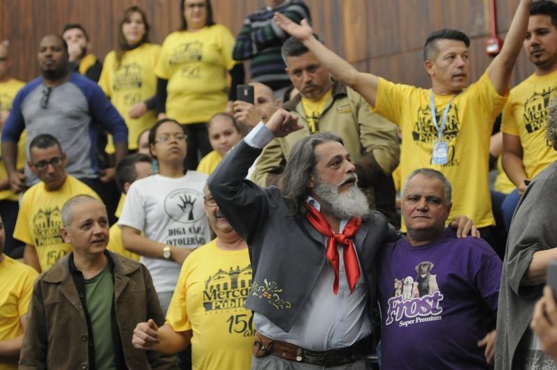 {'nm_midia_inter_thumb1':'https://www.jornaldocomercio.com/_midias/jpg/2019/09/24/206x137/1_deputado_estadual_luiz_marenco_com_permissionarios_do_mercado_publico_na_assembleia_legislativa___foto_celso_bender__agencia_alrs_-8852886.jpg', 'id_midia_tipo':'2', 'id_tetag_galer':'', 'id_midia':'5d8aa17f8cc63', 'cd_midia':8852886, 'ds_midia_link': 'https://www.jornaldocomercio.com/_midias/jpg/2019/09/24/deputado_estadual_luiz_marenco_com_permissionarios_do_mercado_publico_na_assembleia_legislativa___foto_celso_bender__agencia_alrs_-8852886.jpg', 'ds_midia': 'Autor do projeto, Luiz Marenco comemorou com permissionários a aprovação por unanimidade do texto', 'ds_midia_credi': 'CELSO BENDER/AGÊNCIA ALRS/JC', 'ds_midia_titlo': 'Autor do projeto, Luiz Marenco comemorou com permissionários a aprovação por unanimidade do texto', 'cd_tetag': '1', 'cd_midia_w': '800', 'cd_midia_h': '531', 'align': 'Left'}