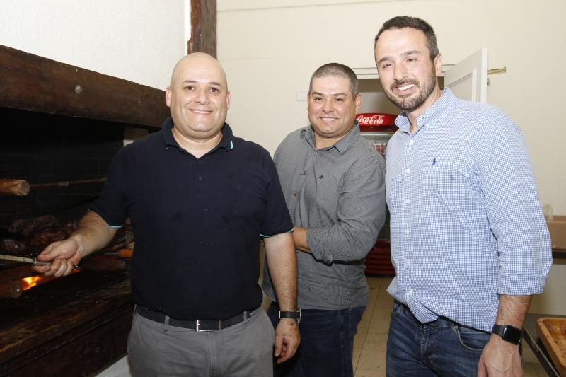 Ronaldo Gois de Almeida, Alexandre Gois de Almeida e Paulo Esteves prepararam os assados