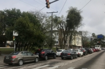 Motorista ignora lei de trânsito e para sobre faixa de pedestre