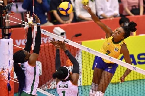 Seleção feminina de vôlei bate Camarões e sobe para o 4º lugar na Copa do Mundo