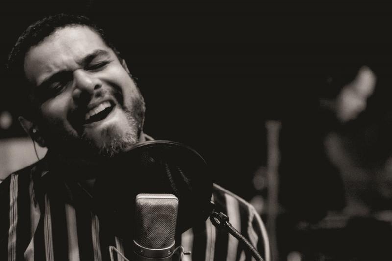 Em formato intimista, Rafael Brasil toca canções que fazem parte de novo CD e DVD